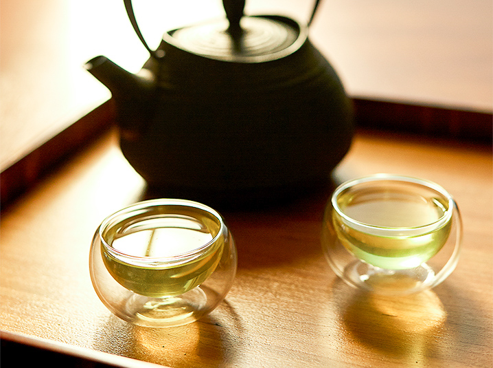 sencha-japanese-green-tea-brewed-for-two-cups-with-teapot-in-background